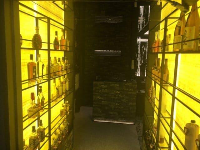 上質なお酒が壁に並べられている